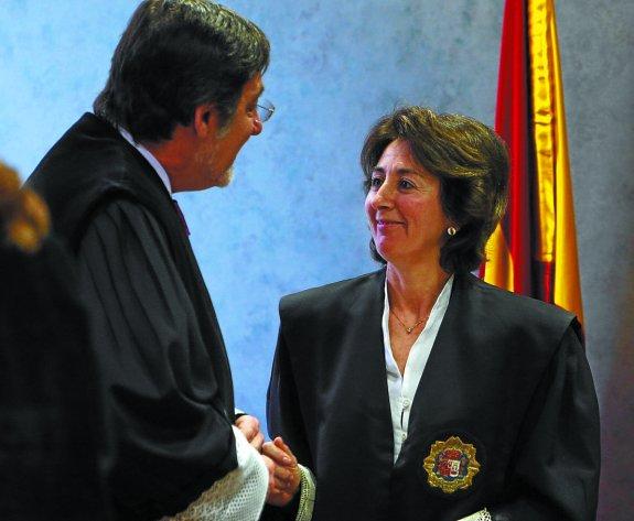 Carmen Adán saluda al presidente del Tribunal Superior vasco, Juan Luis Ibarra, en un acto judicial./